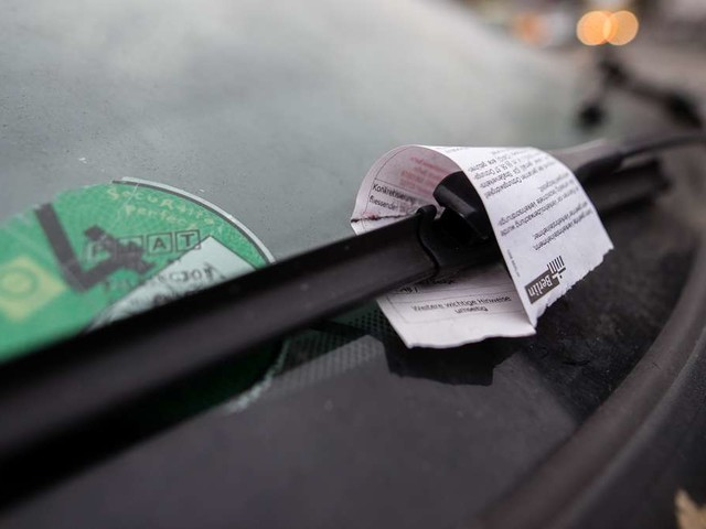 Unbekannter wickelt Falschparker in Plastikfolie und hinterlässt fiese Nachrichten