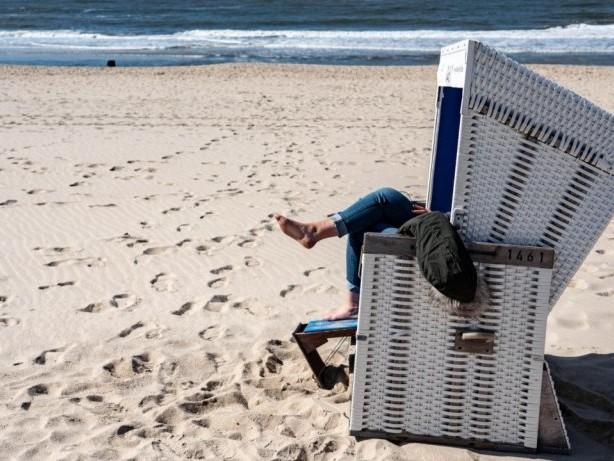 Urlaubsinsel: Nordsee: Fahranfänger bleibt mit Tesla am Strand stecken