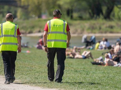 Randale im Englischen Garten - Münchner Polizei: 19 verletzte Beamte nach Einsatz inPark