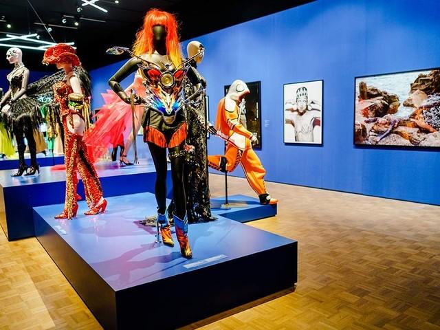 Thierry Mugler Couturissime: Multimedia-Spektakel mit Femmes fatales und wilden Tieren