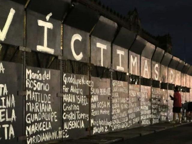 Weltfrauentag: Zaun vor Palast in Mexiko wird Denkmal für ermordete Frauen