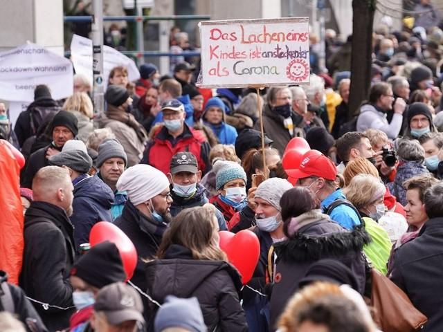 Querdenker sind zurück: Herzballons in Berlin, Gewaltausbrüche in Dresden