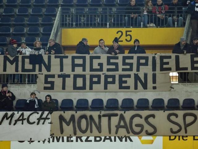 Fanproteste gegen Montagsspiel vor Anpfiff in Frankfurt