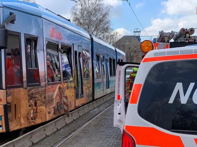 Lkw rammt Straßenbahn in Frankfurt - zwei Verletzte