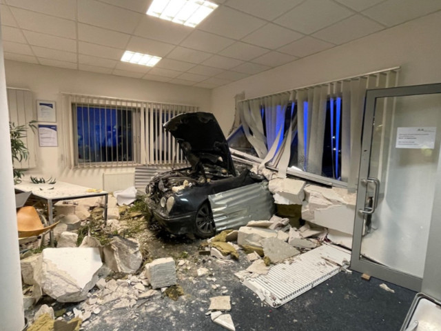 Bremen/Umgebung: Auto kracht durch Hauswand in Büro
