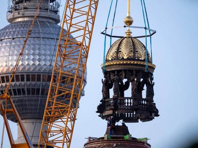 Umstrittenes Kreuz auf Berliner Humboldt Forum aufgesetzt