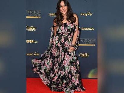 """""""Goldene Henne"""": Simone Thomalla strahlt im floralen Traumkleid"""