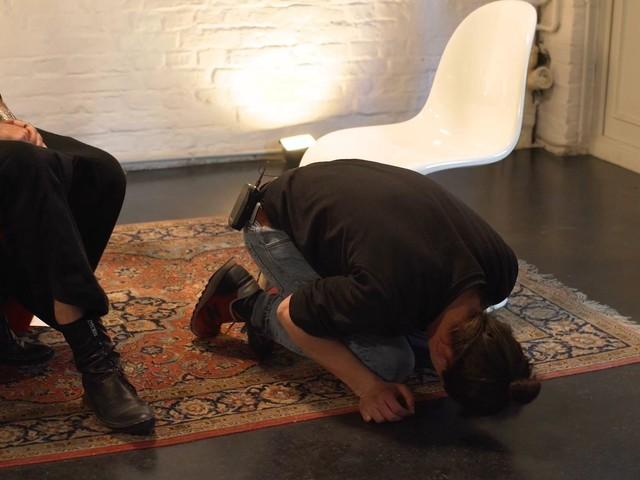 Hypnose-Experiment: So reagieren Männer, wenn sie Regelschmerzen spüren