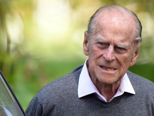 Ohne Führerschein und Gurt: Prinz Philip sitzt wieder am Steuer