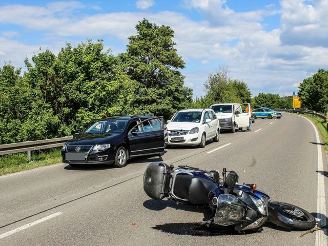 Heftiger Unfall bei Renningen: Biker schwer verletzt – B295 zwei Stunden gesperrt