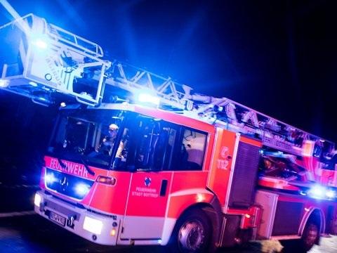 Feuerwehr rettet Mann vom Balkon seiner brennenden Wohnung