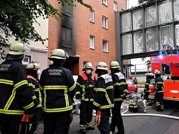 Wilhelmsburg: Müllcontainer an Wohnhaus in Flammen – Brandstiftung?