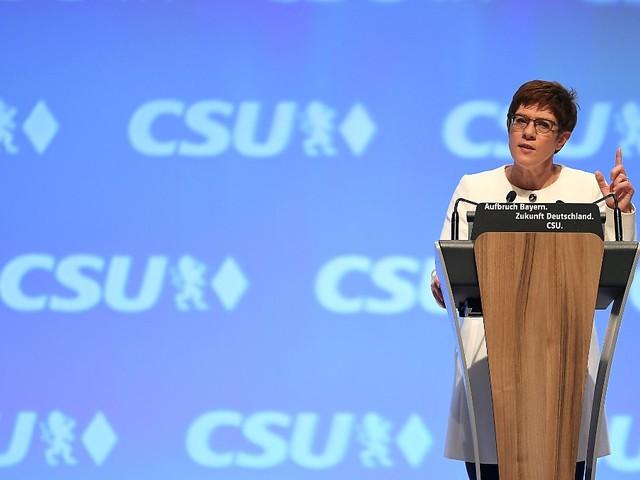 Appell an Geschlossenheit: AKK umgarnt die CSU