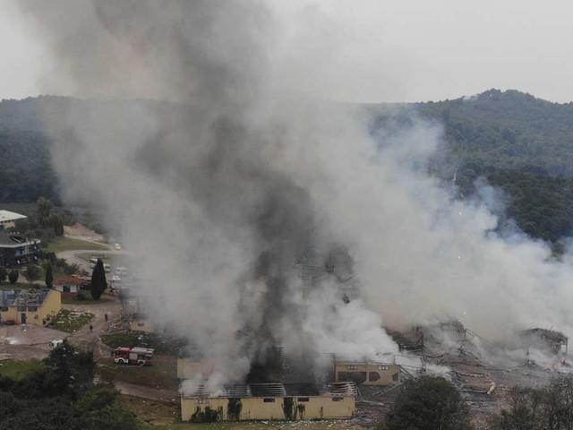Mindestens zwei Tote nach Explosion in Feuerwerksfabrik - Arbeiter in Gebäude gefangen