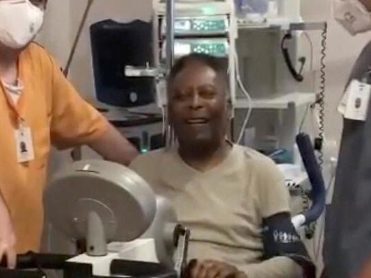 Pelé strampelt auf dem Ergometer und kündigt Comeback für FC Santos an