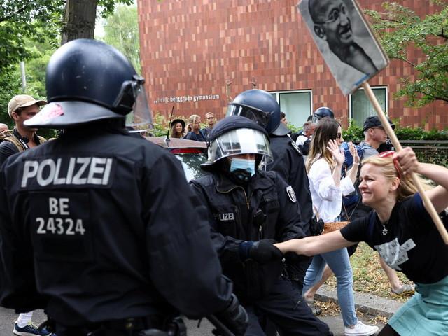 Berlin: Gewaltsame Querdenker attackieren Polizisten – fast tausend Festnahmen