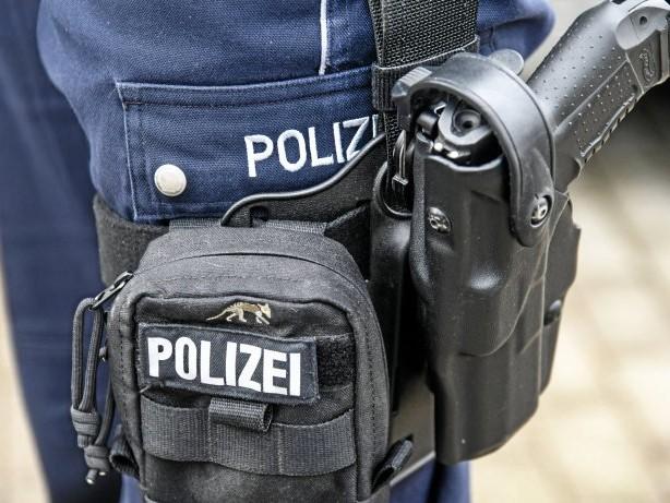 Polizei: Attendorn: Frau (38) greift Mitbewohnerin und Polizisten an