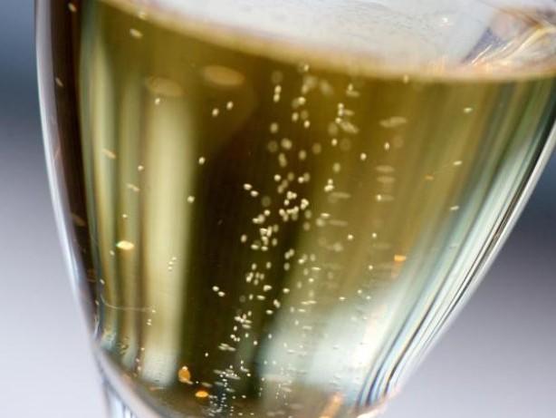 Übernachtung samt Verpflegung: Muss Airline bei Annullierung auch den Champagner zahlen?