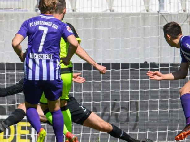 2. Liga: Bochum vor Rückkehr ins Oberhaus - Paderborn trifft achtmal