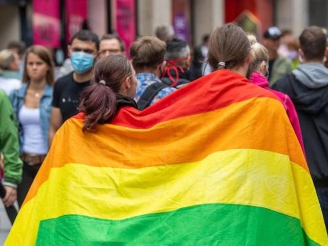 Zum EM-Spiel - Deutschland erstrahlt bunt - wissen Sie, wofür jede Regenbogenfarbe steht?