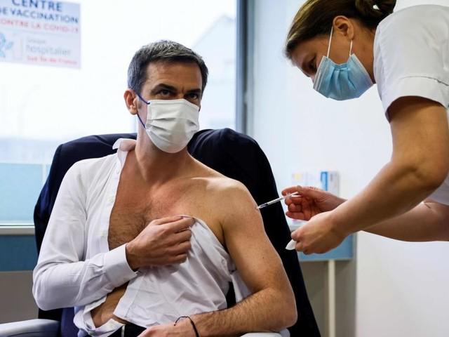 Darum zeigen sich Politiker mit nacktem Oberkörper beim Impfen