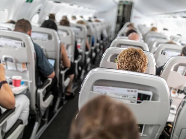 Streit um Sitzlehne im Flugzeug: Wer darf entscheiden?