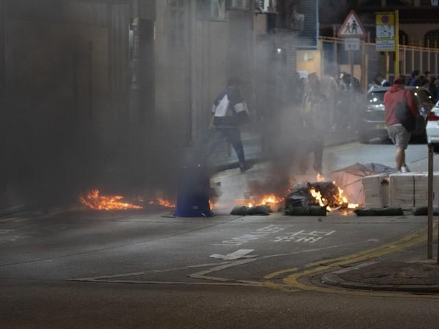 Hongkonger Polizist schießt vermummtem Demonstranten in die Brust