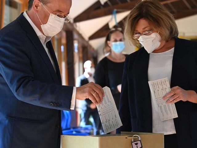 Kreuze öffentlich sichtbar: Laschet faltet Stimmzettel im Wahllokal falsch