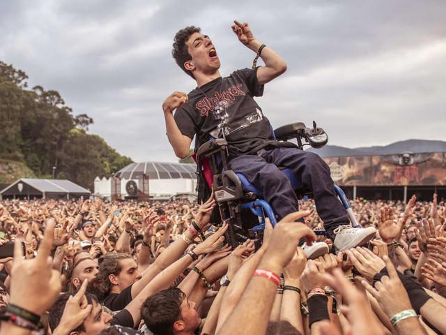 Aktion begeistert Millionen: Metal-Fans tragen Rollstuhlfahrer auf Händen - Virales Video