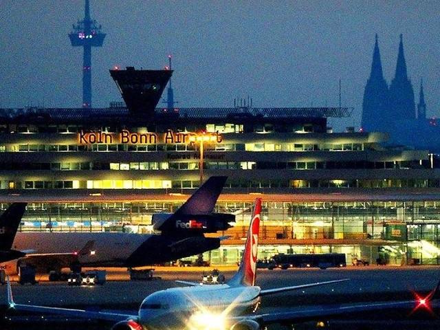 Aachen - Absurder Grund: 19-Jähriger im Rollstuhl am Kölner Flughafen aus Flieger geschmissen