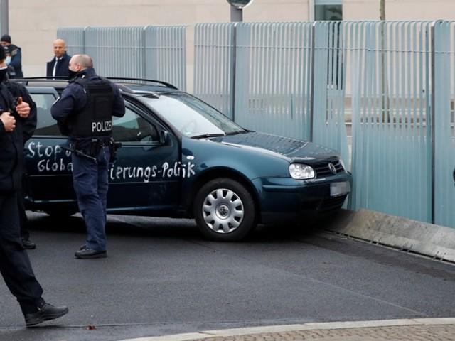 Auto ins Tor des Berliner Kanzleramts gefahren
