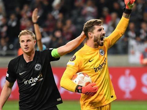 Europa League - Erst Pyros, dann Özils Tor: Eintracht auch in Europa sieglos