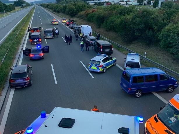 Vollsperrung: SEK-Einsatz auf Autobahn A9: Geiselnahme im Reisebus?