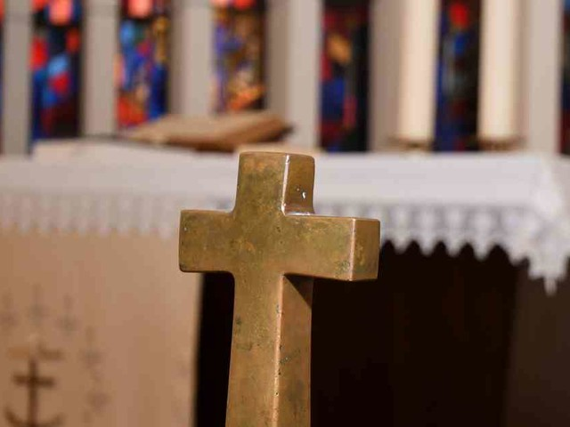 Was passiert mit dem Geld?: Spender hinterlässt 160.000 Euro auf Kirchenaltar und verschwindet