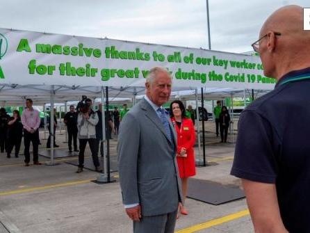 Video: Supermarkt-Mitarbeiter fällt vor Prinz Charles in Ohnmacht