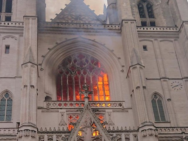 Großeinsatz läuft - Feuer in Kathedrale von Nantes ausgebrochen