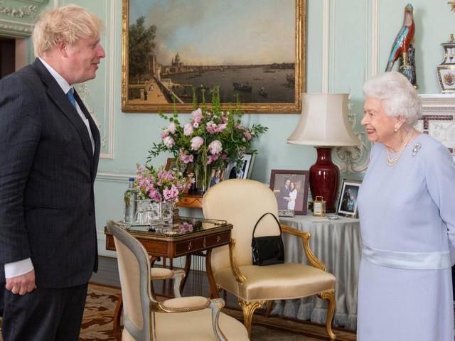 Aufgeflogen: Queen versteckt bei Johnson-Audienz Foto von Meghan und Harry