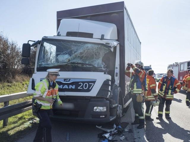 Unfall auf A81: Vollsperrung nach schwerem Lkw-Crash bei Zuffenhausen