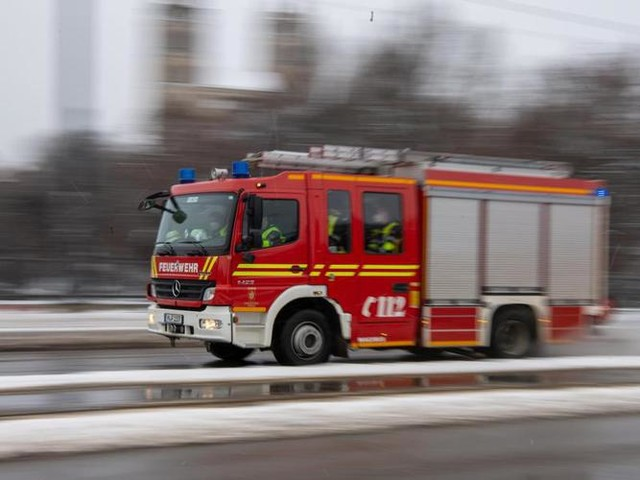 Münsterland: Baumaschinen brennen in Lagerhalle: Schaden in Millionenhöhe