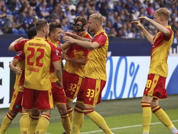 2. Bundesliga: Auf Schalke: DSDS-Star Pietro Lombardi jubelt für Karlsruhe