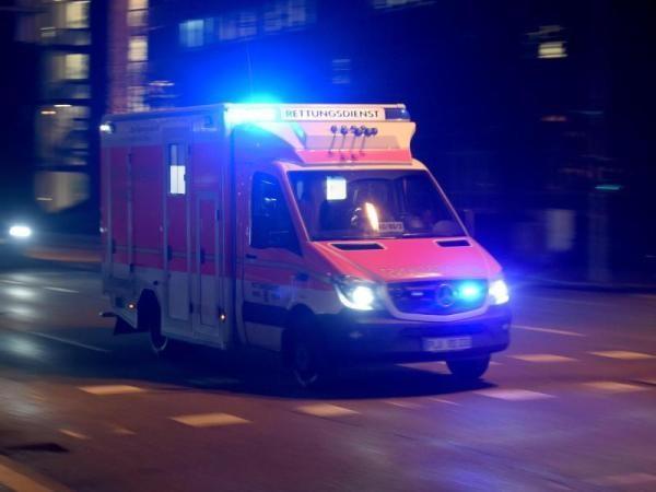 Auto prallt gegen Baum: ZweiMenschen schwer verletzt