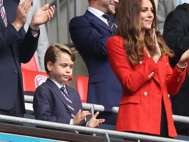Prinz George im Anzug mit seinen Eltern Kate und William im Stadion