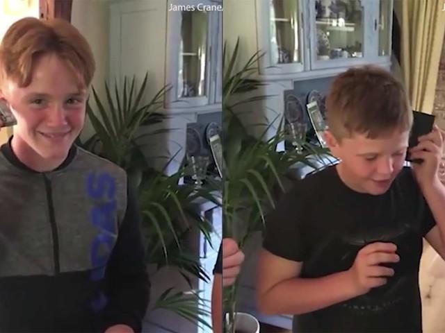 Kids versuchen vergeblich, Musik aus einer Kassette zu bekommen