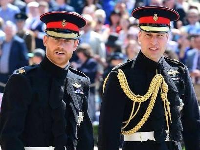 Prinz Harry und Prinz William laufen getrennt zur Kapelle