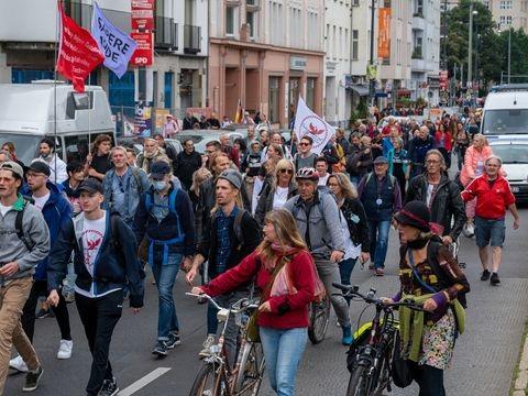 Corona-Politik: Demos gegen Corona-Politik in Berlin - Polizei-Großeinsatz