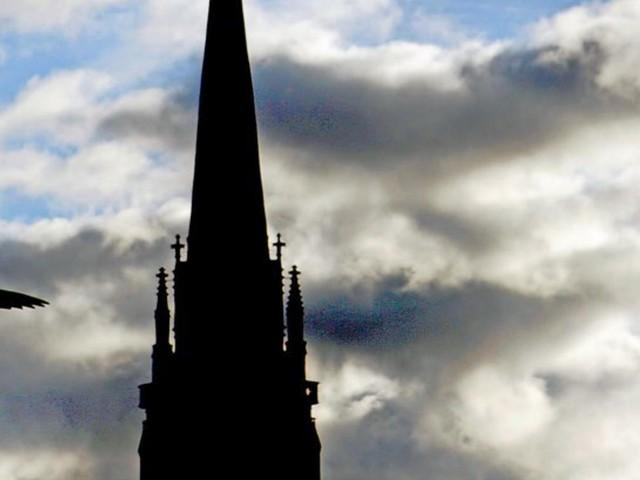 Pastor verliert Wette – und muss Kirchturm in Syke hochklettern