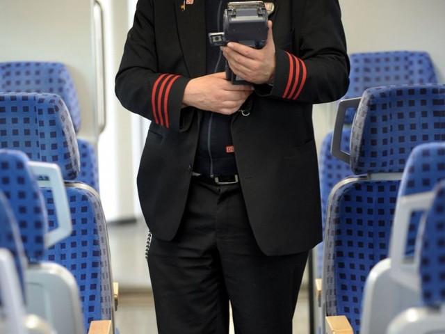 Bahnstrecke bei Rottweil: 28-jähriger Fahrgast gibt Kontrolleur Kopfstoß
