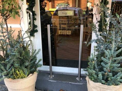Berliner Café stellt Poller gegen Kinderwagen vor der Tür auf