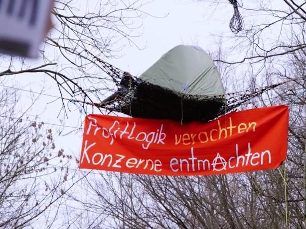 Protest: NICHT BENUTZEN!!!! KAPUTT!!Hambacher Forst: So leben die Aktivisten im Wald