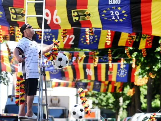Bild des Tages: Die Fußball-EM flutet eine Straße.